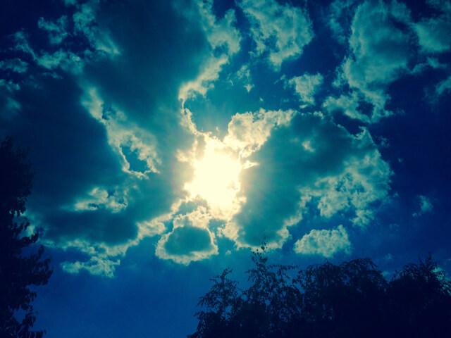 Sonne bricht durch die Wolken
